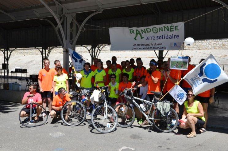11_Cyclotour_se_restaure_a_Roquemaure_a_midi.JPG